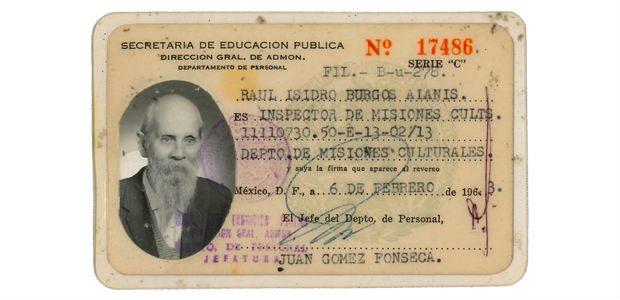 Raúl Isidro Burgos, maestro que da nombre a la Normal Rural de Ayotzinapa. La f credencial forma parte de los documentos que la familia del ilustre maestro compartió con Forbes México.